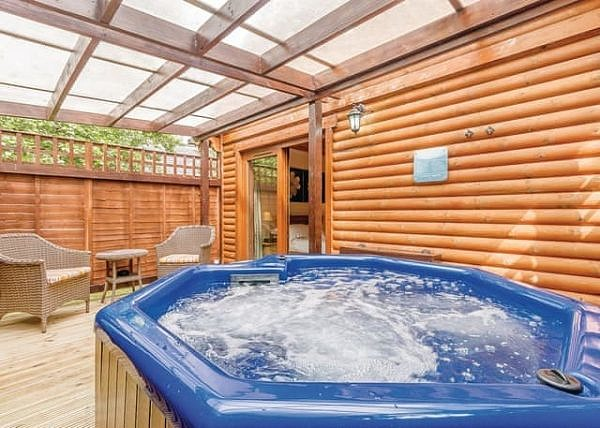 Tilford Woods Lodge Retreat outdoor hot tub