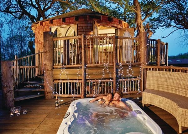 couple relaxing at Woodside Bay Lodge hot tub