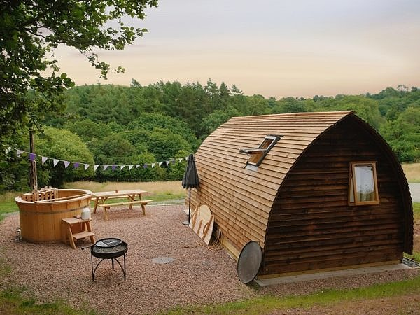 Barrel cabin with a hot tub on the side