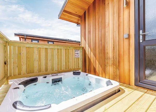 Devizes Marina Lodge outdoor hot tub