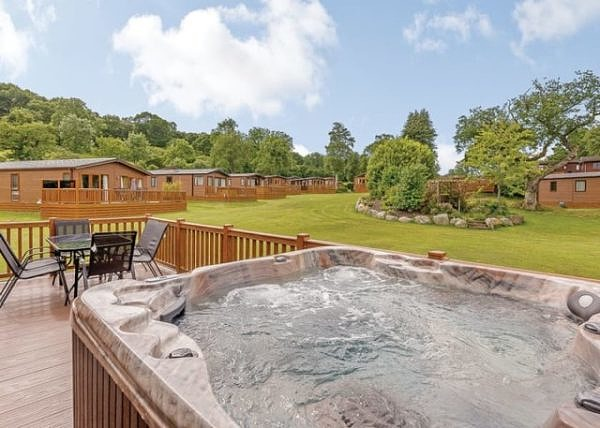 Artro Lodge with hot tub